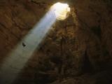 Ben Caddell Descends Majlis Al Jinn Cave Fotografisk tryk af Stephen Alvarez