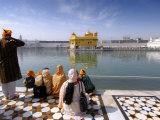 Visitors Admiring Golden Temple Fotografisk tryk af Michael Gebicki