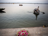 Holy Offerings Ready to Be Cast Out on the Ganges River Photographie par Orien Harvey