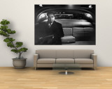 VP Richard Nixon Sitting Solemnly in Back Seat of Dimly Lit Limousine Mural por Hank Walker