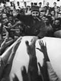 Rebel Leader Fidel Castro Being Cheered by a Village Crowd on His Victorious March to Havana Fotografie-Druck von Grey Villet