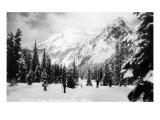 Snoqualmie Pass, Washington, View of Skiers Skiing during the Winter by Mountain Kunstdrucke von  Lantern Press