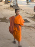 Monk Walking, Laos Photographie par Gavriel Jecan