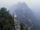 Mutianyu Great Wall Winding Through Misty Mountain, China Photographie par Keren Su