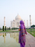 Hindu Woman at Taj Mahal, Agra, India Fotografie-Druck von Bill Bachmann