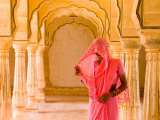 Arches with Hindu Woman at Amber Fort Temple, Rajasthan, Jaipur, India Fotodruck von Bill Bachmann