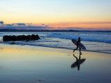 Surfer at Dusk, Gold Coast, Queensland, Australia 写真プリント : ディヴィッド・ウォール