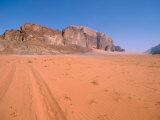 Jeep Tracks Across in Desolate Red Desert of Wadi Rum, Jordan Fotografie-Druck von Cindy Miller Hopkins