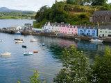 Port and Sailboats in Village of Portree, Isle of Skye, Western Highlands, Scotland Fotografie-Druck von Bill Bachmann