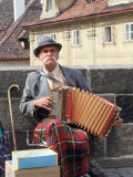 Polka Performer with Accordion on the Charles Bridge, Prague, Czech Republic Photographie par Bill Bachmann