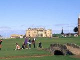 18th Hole and Fairway at Swilken Bridge Golf, St Andrews Golf Course, St Andrews, Scotland Fotografie-Druck von Bill Bachmann