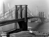 View of the Brooklyn Bridge and the Skyscrapers of Manhattan's Financial District Fotografisk tryk af Andreas Feininger