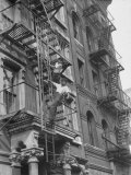Puerto Rican Boys Climbing on Tenement Fire Escape Fototryk i høj kvalitet af Al Fenn
