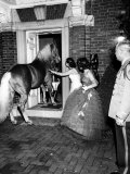 People Bringing in Horse at Dwight D. Eisenhower's Inauguration Party Lámina fotográfica por Cornell Capa