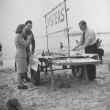 Couple Buying Seafood at Blackpool Beach Fotografisk tryk af Ian Smith