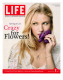 Portrait of Actress Emilie De Ravin Holding an Orchid Flower, April 7, 2006 Photographie par Karina Taira
