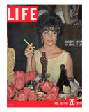 Actress Elizabeth Taylor with her Academy Award at an Oscar Party Following her Win, April 28, 1961 Lmina fotogrfica por Allan Grant