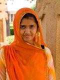 Woman in Sari Dress at Qutub Minar Complex, New Delhi, India Fotografie-Druck von Bill Bachmann