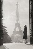 Vrouw voor Eiffeltoren, Parijs 1928 Poster van Hugo Wild