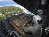 Airmen Push Out a Pallet of Donated Goods over the Island of Yap from C-130 Hercules, Dec 19, 2008 Lmina fotogrfica por Stocktrek Images