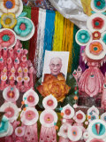 Butter Sculptures Suround Photo of the Dalai Lama, Kathok Wodsallin Gompa, Yuksam, Sikkim, India Photographie par Jane Sweeney