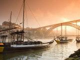 Weintransportbarken in Porto, auf dem Duoro mit der Skyline von Porto im Hintergrund, Portugal Fotodruck von Michele Falzone