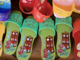 Sandals for Sale in Chinatown, Melaka, Malaysia Fotografie-Druck von Peter Adams