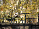 Bike on Bridge, Amsterdam, Holland Lámina fotográfica por Alan Copson