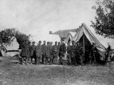 US Pres. Abraham Lincoln Standing on Campsite with Group of Federal Officers on Battlefield Fototryk i hj kvalitet af Alexander Gardner