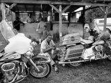 John Shearer - Black Motorcyclist of the Big Circle Motorcycle Association Sitting Between Harley Davidson Bikes - Birinci Sınıf Fotografik Baskı