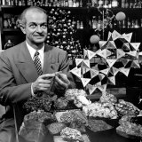 Cal. Tech Chemistry Professor, Dr. Linus Pauling with His Mineral Collection Lámina fotográfica de primera calidad por J. R. Eyerman
