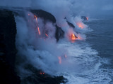 Lava Flows into the Ocean, Hawaii Volcanoes National Park, Hawaii Fotografisk tryk af Stephen Alvarez