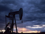Oil Rig Silhouetted at Sunset, Adobe Town, Wyoming Fotografisk tryk af Joel Sartore