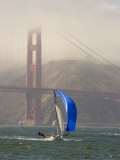 International 14 Skiff Sails under the Golden Gate Bridge, San Francisco Bay, California Fotografisk tryk af Skip Brown