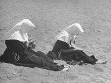Nuns on the Beach Fotografisk tryk af Vincenzo Balocchi