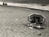 Young Couple, in an Amorous Embrace, Lying on the Beach on the Seashore Photographie par Vincenzo Balocchi