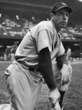 Baseball Player Joe Di Maggio Kneeling in His New York Yankee Uniform Lámina fotográfica de primera calidad por Alfred Eisenstaedt