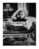 Marilyn Monroe Reading Motion Picture Daily, New York, c.1955 ポスター : エド・ファインガーシュ