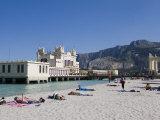 Sunbathers on Beach Near the Pier, Mondello, Palermo, Sicily, Italy, Europe Reproduction photographique par Martin Child