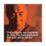 Dalaï Lama : Plus l'amour vous motivera, plus vos actions seront libres et sans peur. Affiches