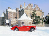 1956 Austin Healey 100M In Snow In Front Of Palace House, Beaulieu Lámina fotográfica