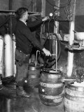 'Brewmeister' Fills Kegs at a Bootleg Brewery During Prohibition, 1933 Foto