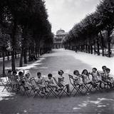 Les enfants dans les jardins du Palais-Royal, 1950 Affiches par Robert Doisneau