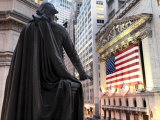 A bronze statue of George Washington and the New York Stock Exchange Lámina fotográfica por Justin Guariglia