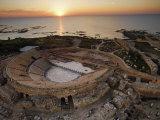 Caesarea's amphitheater hugs the Mediterranean Coast Fotografisk tryk af Michael Melford
