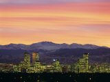 Skyline and Mountains at Dusk, Denver, Colorado, USA Lámina fotográfica