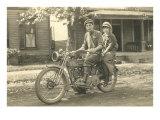 Photo vintage noir & blanc d'un couple sur une Harley-Davidson Poster
