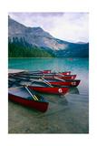 Red Canoes On Emerald Lake, British Columbia Impressão fotográfica por George Oze
