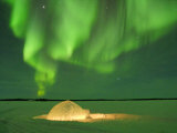 Igloo under Northern Lights, Northwest Territories, Canada March 2007 Foto von Eric Baccega