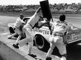 Expert Mechanics Making Repairs on a Car During the Daytona 500 Race Fotografisk tryk